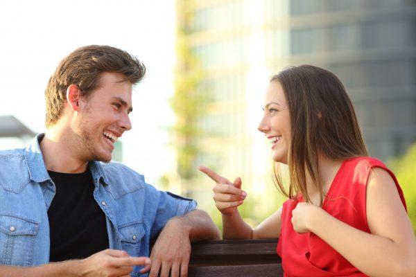 Jeune couple en parlant