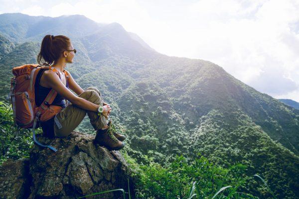 Femme sur le somet d'une montagne